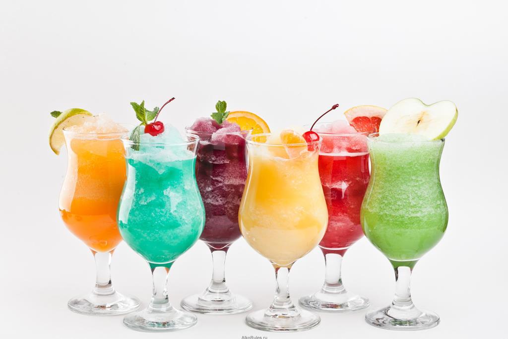 Коктейли безалкогольные в бокалах