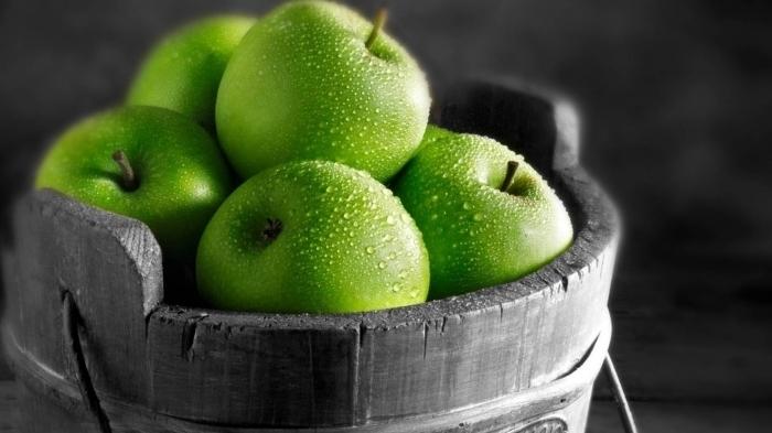 Помимо обильного содержания витаминов, яблоки могут похвастаться наличием хлорогеновой кислоты, способствующей нормализации работы печени