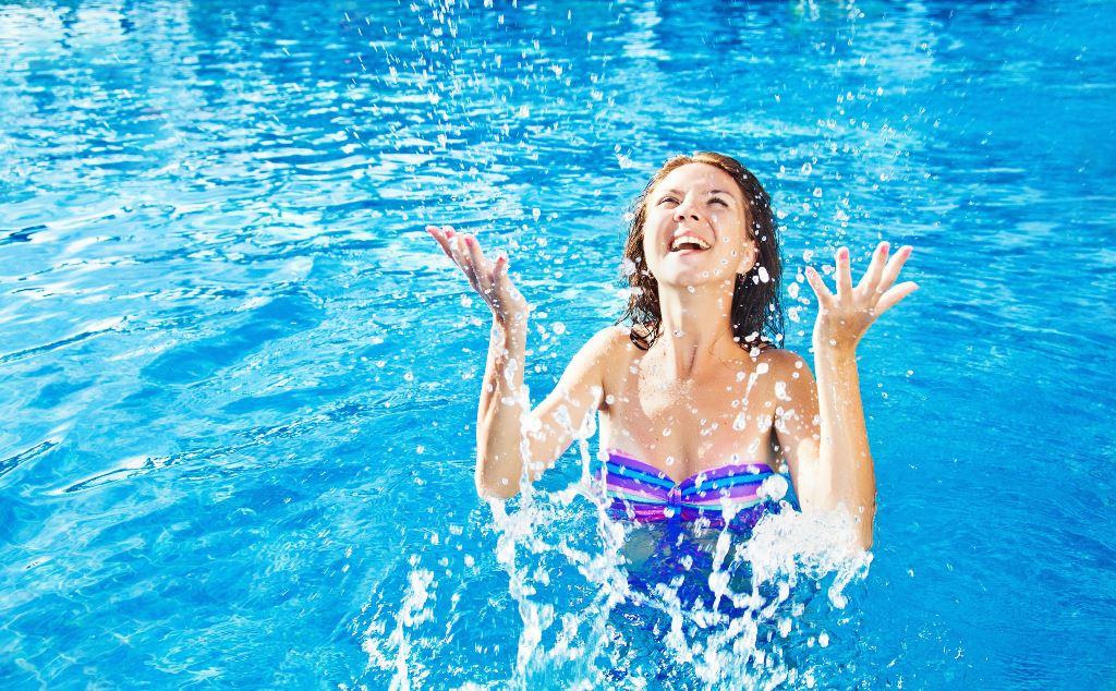 Занятия по аквааэробике в бассейне