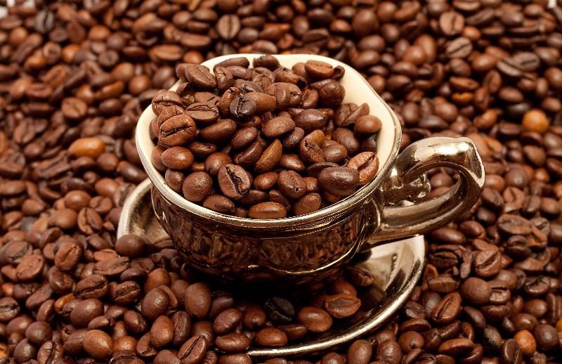 Зерна кофе и чашка