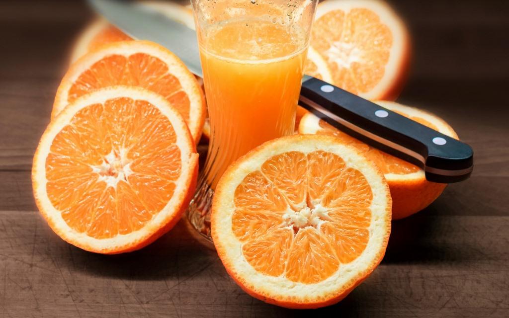 Съев один апельсин, вы снабжаете себя большим количеством клетчатки, особенно если не очищаете апельсин от альбедо – белого вещества под кожурой