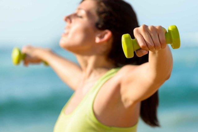 Для упражнения подойдет вес гантелей немного больше, чем для жима лежа