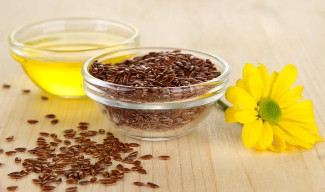 Льняное масло помогает нормализовать гормональный фон, облегчая ПМС у женщин и положительно влияя на организм в период климакса
