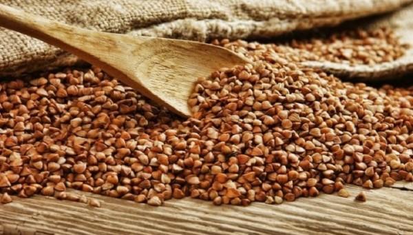 В зернах гречихи содержатся: легко усваиваемые белки — до 16% (в том числе незаменимые аминокислоты — аргинин и лизин); углеводы — до 30% и жиры – до 3%; много минеральных веществ (железо, кальций, фосфор, медь, цинк, бор, йод, никель, кобальт); клетчатка; яблочная, лимонная, щавелевая кислоты; витамины группы В, РР и Р (рутин)