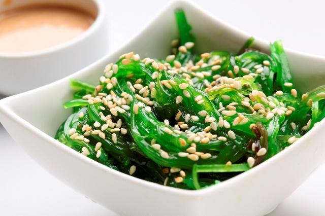 Морская капуста в свежем виде содержит всего 25 калорий на 100 г, и является одним из лучших диетических продуктов, а также способствует уменьшению аппетита