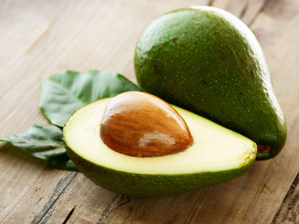 Следует отметить высокое содержание витамина В5 (30% суточной нормы в 100 г), а также В9, калия и меди (20% суточной нормы в 100 г) и ничтожно малое для фрукта количество углеводов: 1–2%