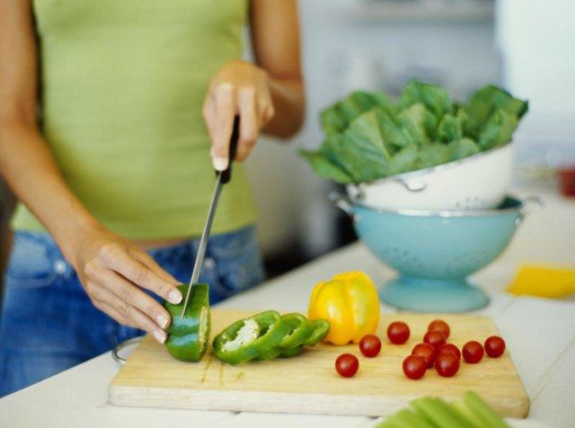 В первом случае организм не успевает трансформировать полученные калории в энергию и откладывает их в виде жира