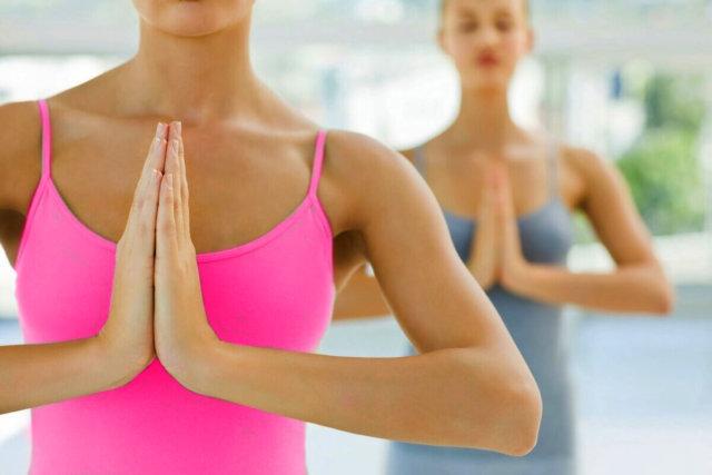 На вдохе со всех сил сдавливаем руки, напрягая грудные мышцы, на выдохе — расслабляем