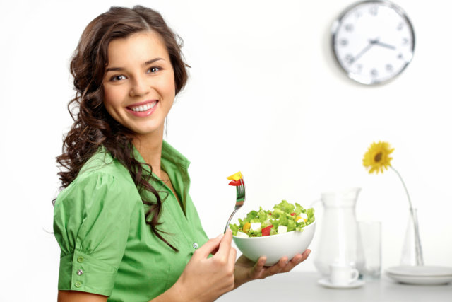 При таком питании вес снижается очень быстро — тело теряет только жировые отложения, а мышцы не утрачивают привлекательности