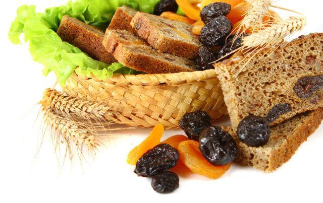 Устраняет чувство голода на длительное время — хлеб содержит сложные углеводы, которые желудок вынужден переваривать