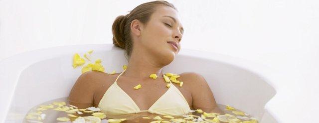 Лучше всего делать эту процедуру вечером, но в любом случае в постели после ванны нужно провести не менее трех часов