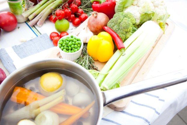 Ужинайте минимум за пару часов до сна, а утро начинайте со стакана воды на голодный желудок — это хорошо для метаболизма и позволяет лучше перенести отсутствие завтрака