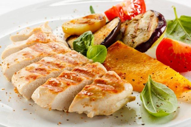 Клетчатка в изобилии содержится в овощах и фруктах, количество которых в некоторые дни диеты даже не регулируется